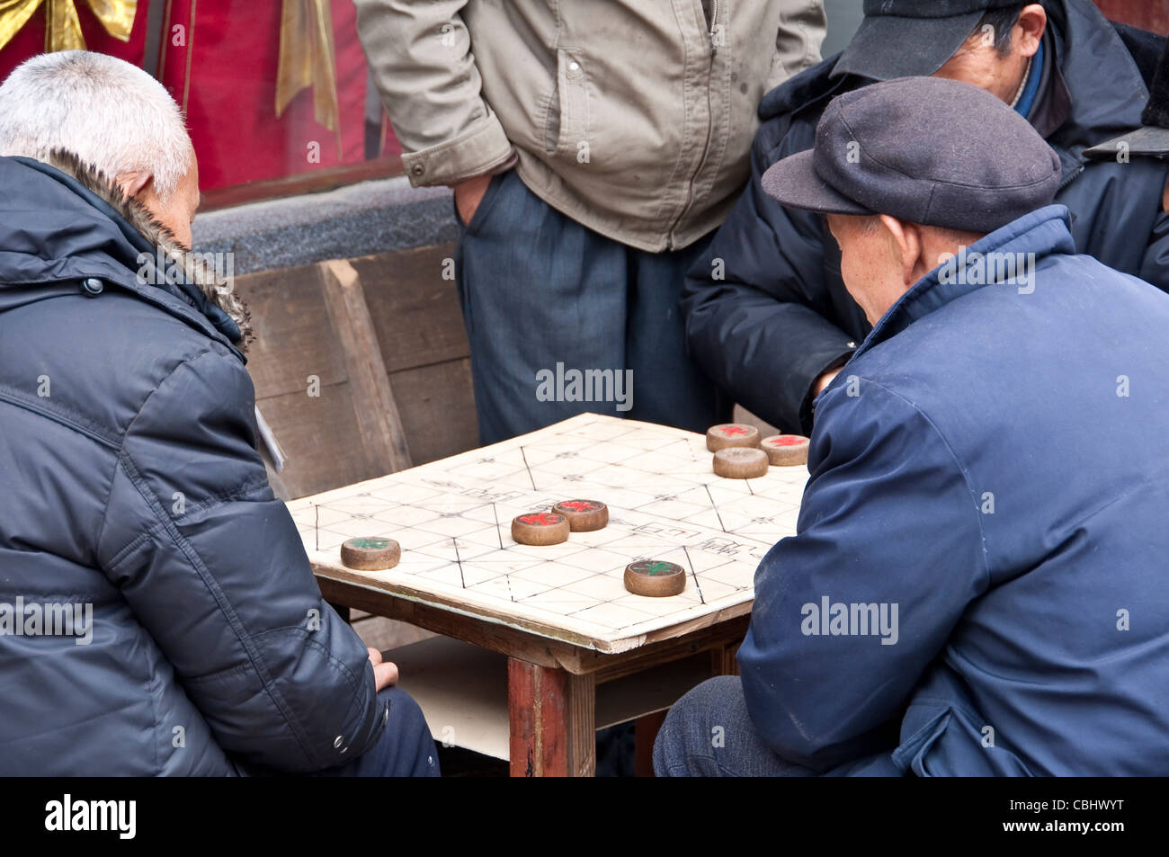 Chinese old men playing chinese chess (xiangqi) - Stock Image