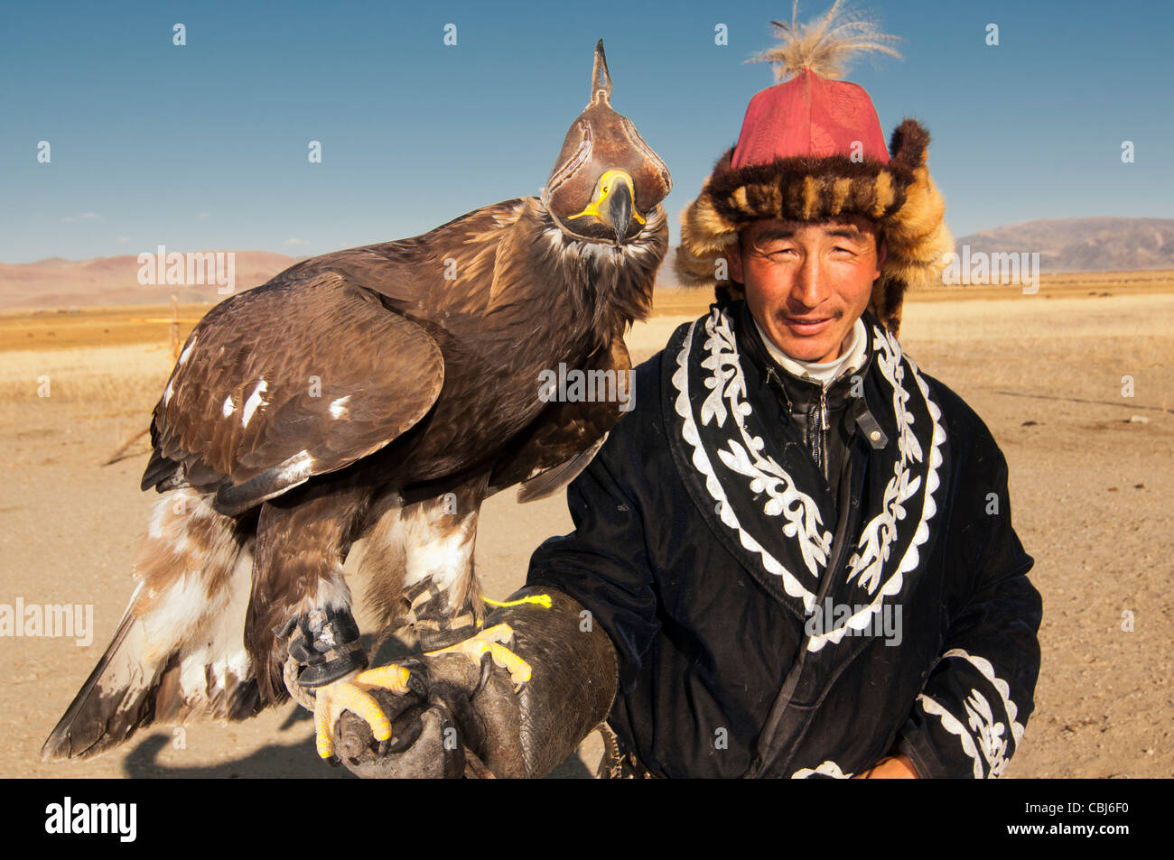 Kazakh eagle hunter and his golden eagle in the Altai Region of Bayan-Ölgii in Western Mongolia Stock Photo
