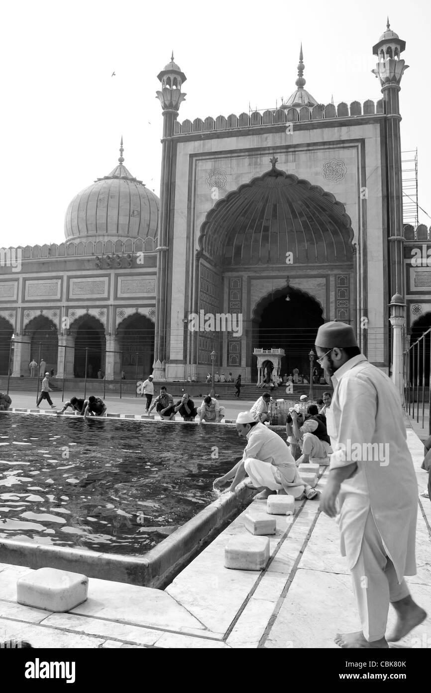 Muslim devotees washing hands and legs before prayer at Juma Masjid, new Delhi, India - Stock Image