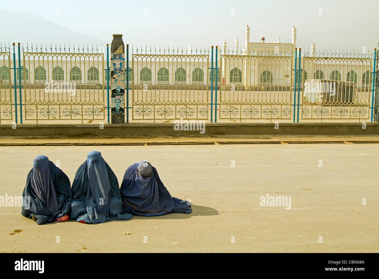 Afghan women in burka sitting on the ground Kabul Afghanistan - Stock Image