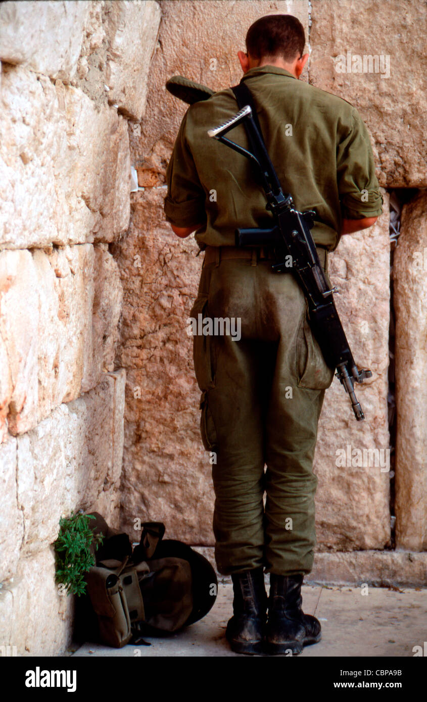 Israeli soldier praying at Western 'Wailing' Wall in Old City of Jerusalem - Stock Image