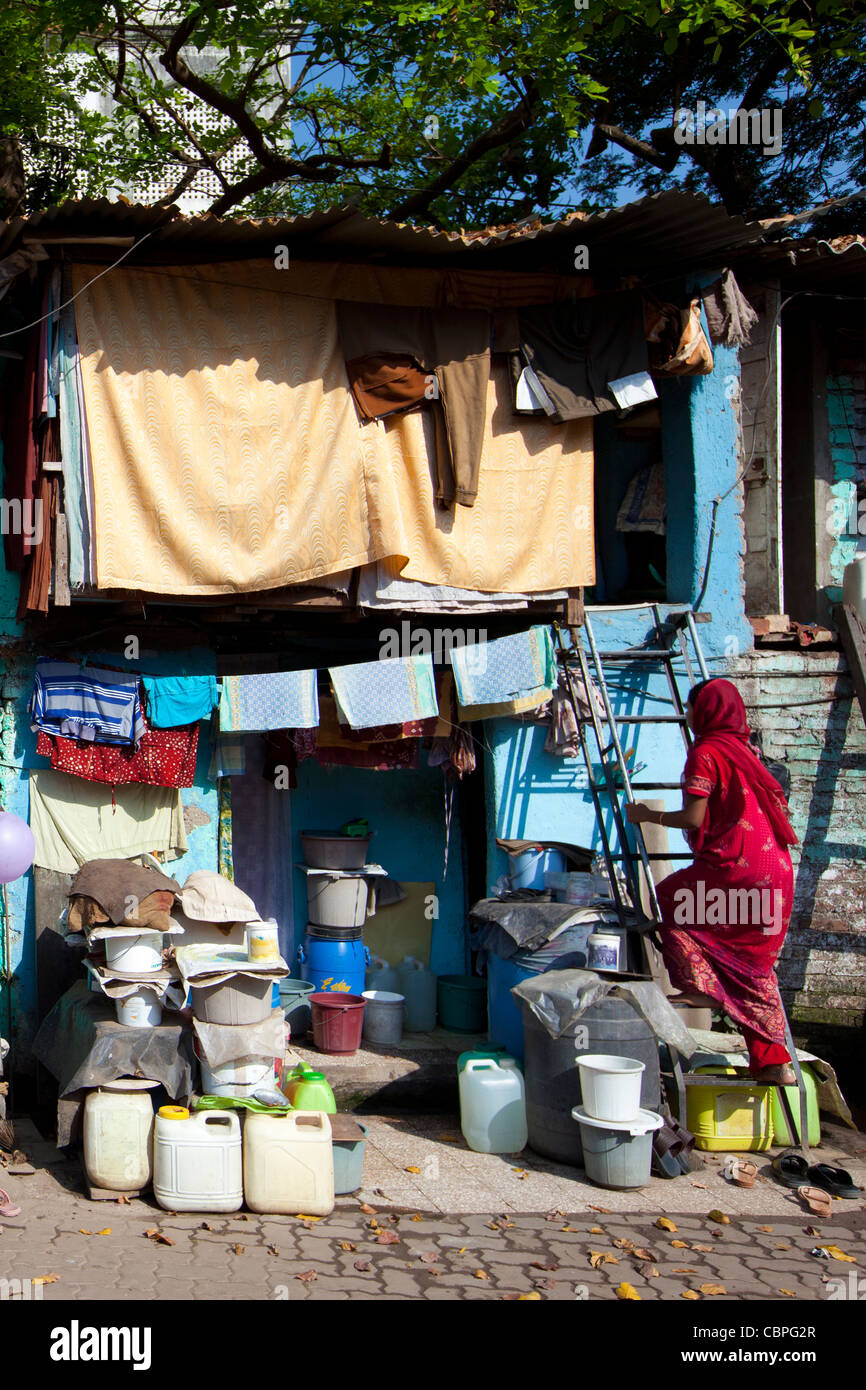 Slum housing and slum dwellers in Mahalaxmi area of Mumbai, India - Stock Image