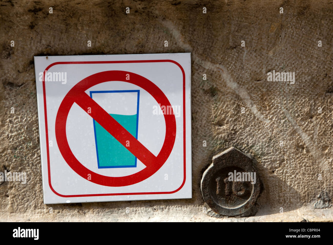'Do not drink this water' , unsafe drinking water sign next to old public fountain Toulon France - Stock Image