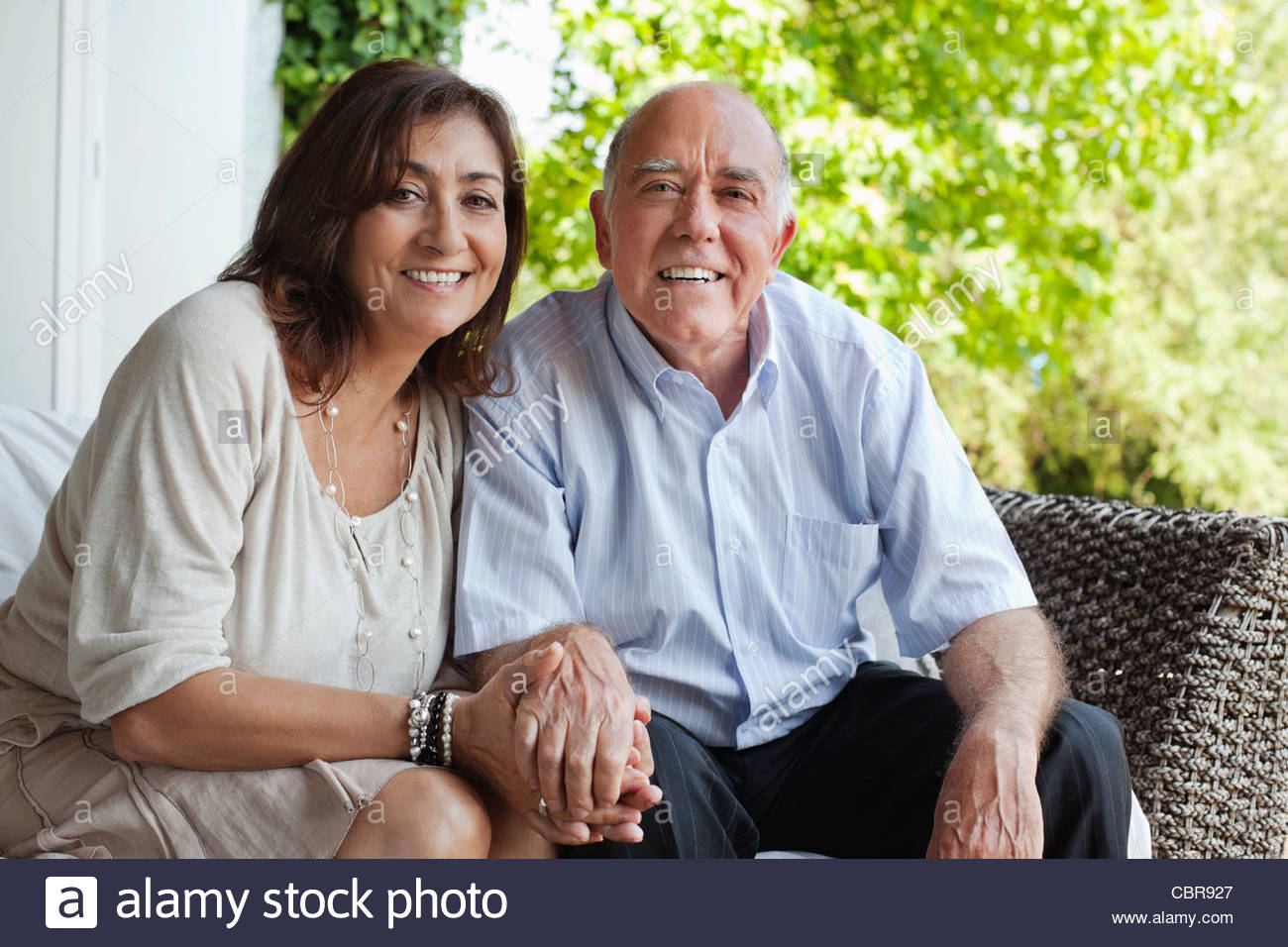 Couple holding hands on patio - Stock Image