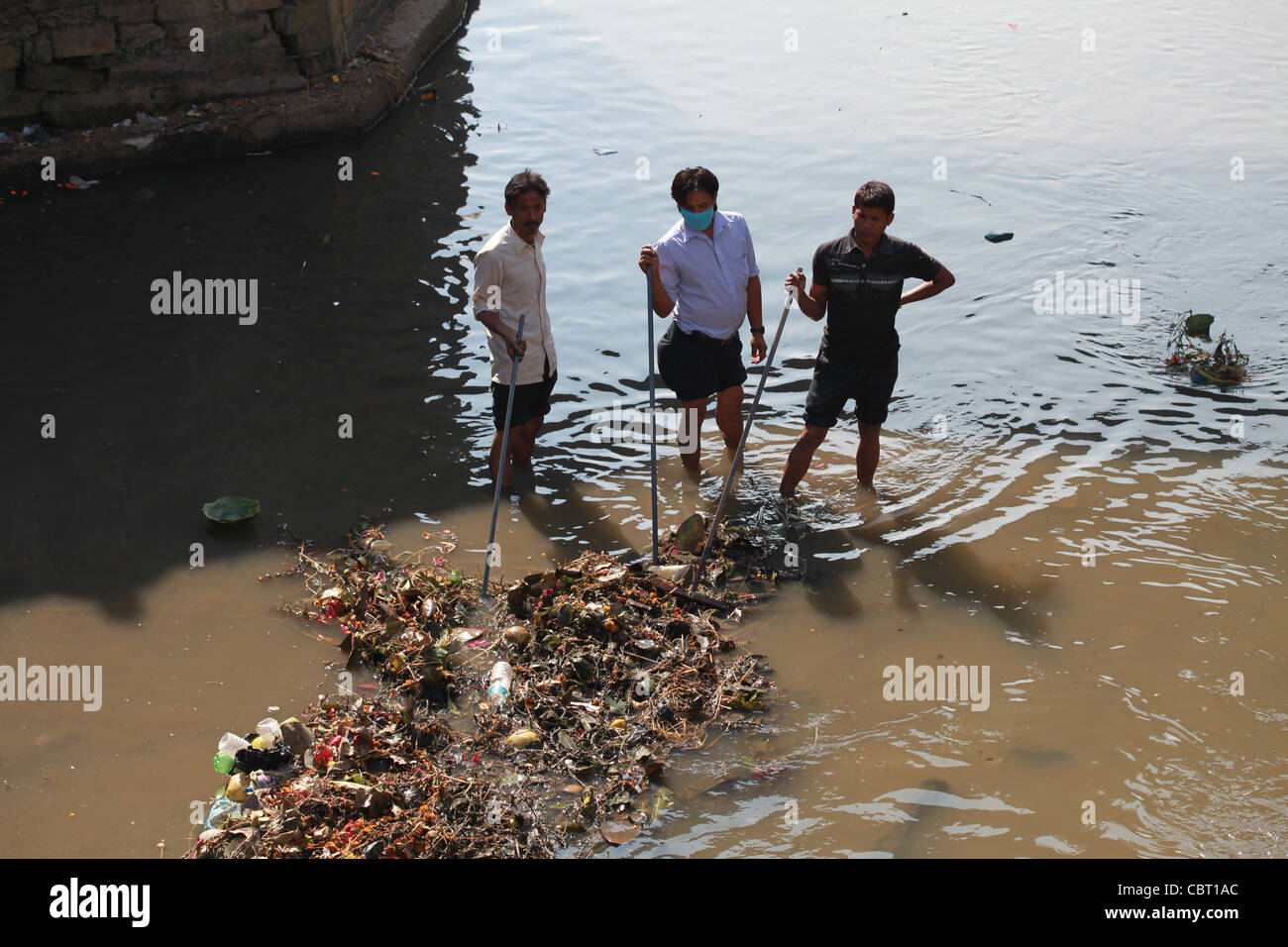 Workers unclogg river of pollution and debris from funerary ceremonies at Pashupatinath, Kathmandhu - Stock Image