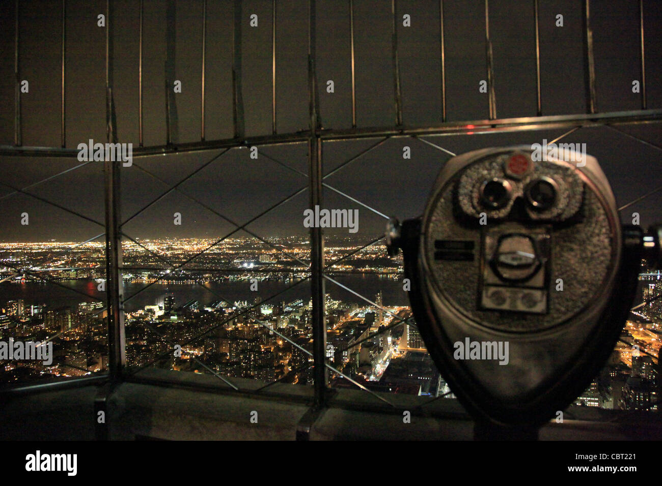 USA, Manhattan,Nacht,night,foregorund focus,spyglass,Fernglas,Reling,railing,NYC,night sky,Nachthimmel - Stock Image