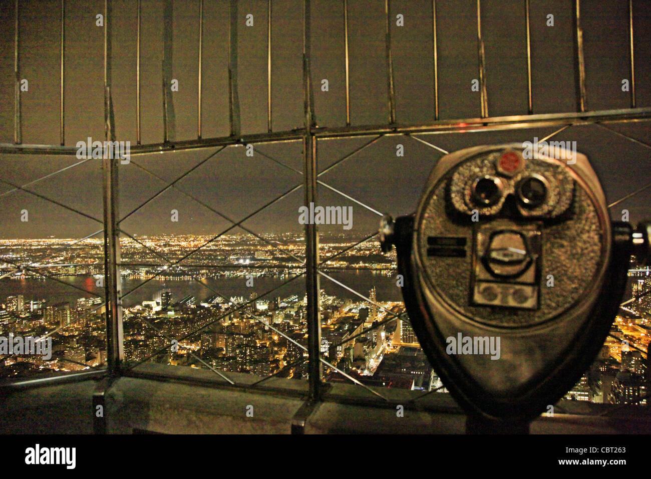 USA, Manhattan, Aussicht vom Empire State Building mit Fernglas im Vordergrund - Stock Image