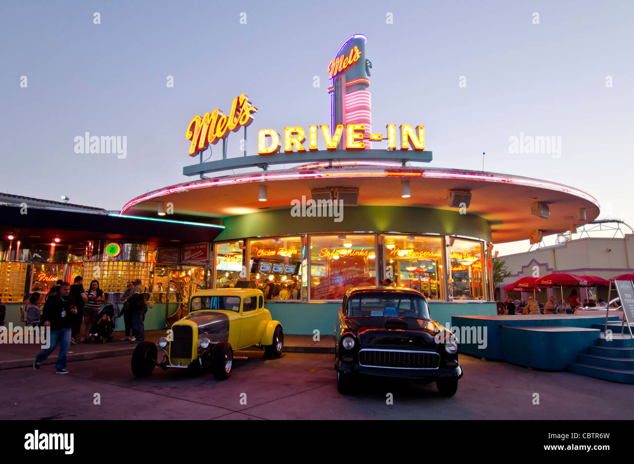 Mel's Drive-In restaurant with classic cars at twilight Universal Stock Photo: 41727025 - Alamy