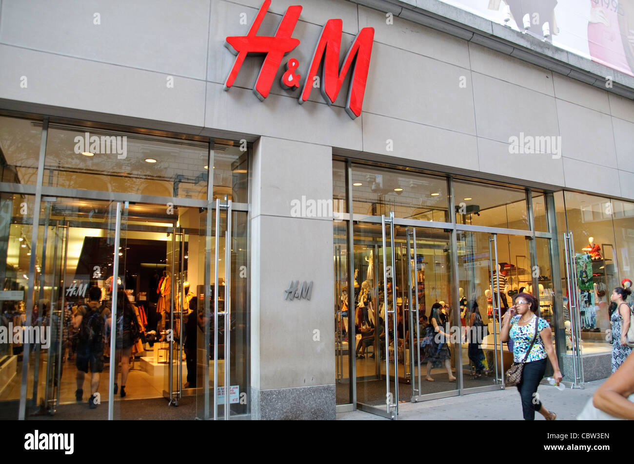 H M Retail Clothing Store August Rush Hour Afternoon 34 Th Street Stock Photo Alamy