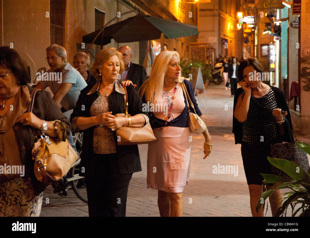Mother and grown up daughter after shopping in Syracusa, Sicily, Italy - Stock Image