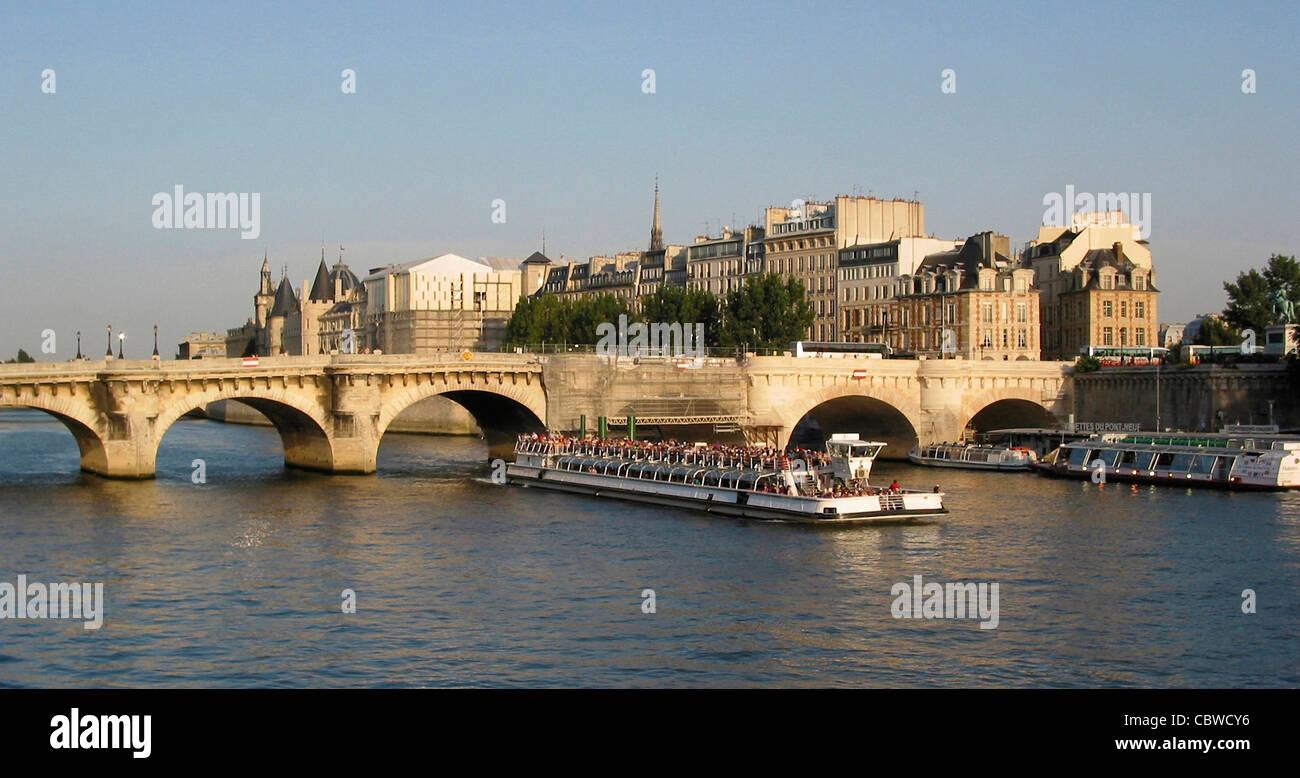 Riverboat cruising under Le Pont Neuf, Paris, France, Europe. - Stock Image