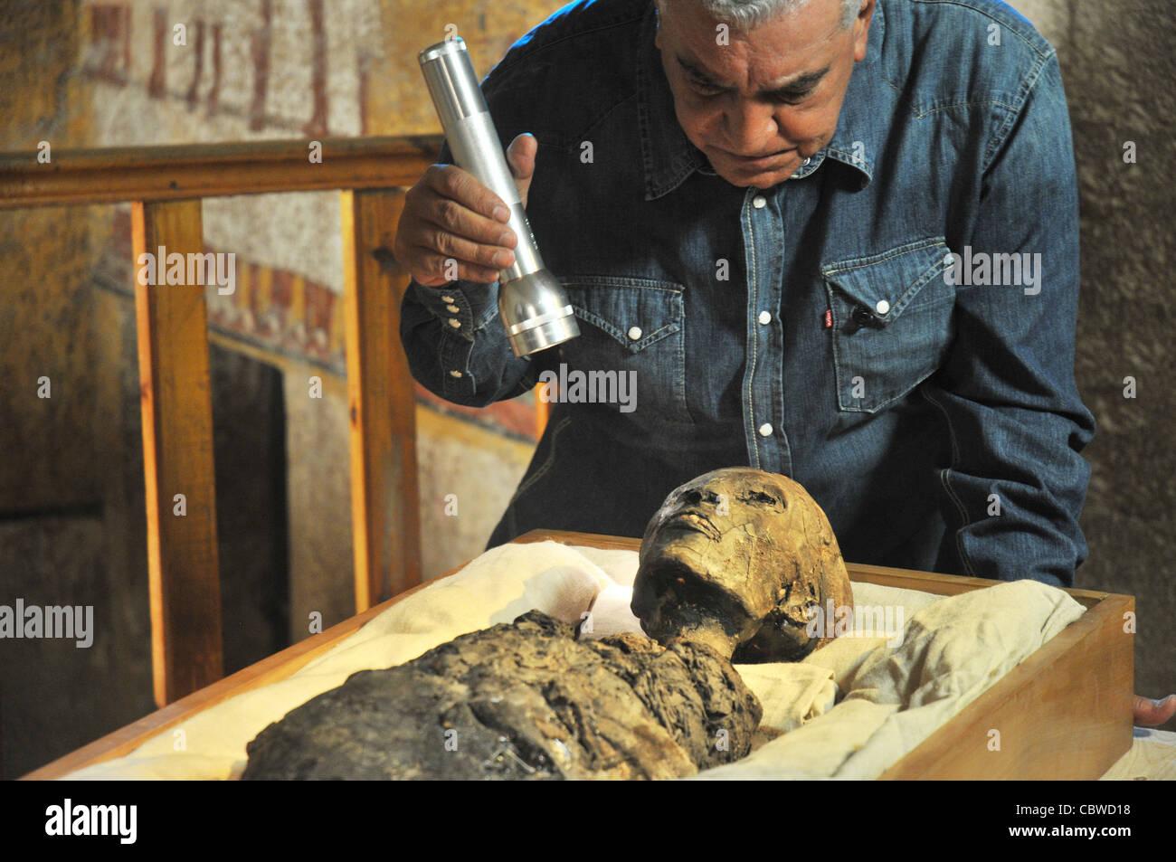 Zahi Hawass examining King Tut mummy inside the tomb of ...