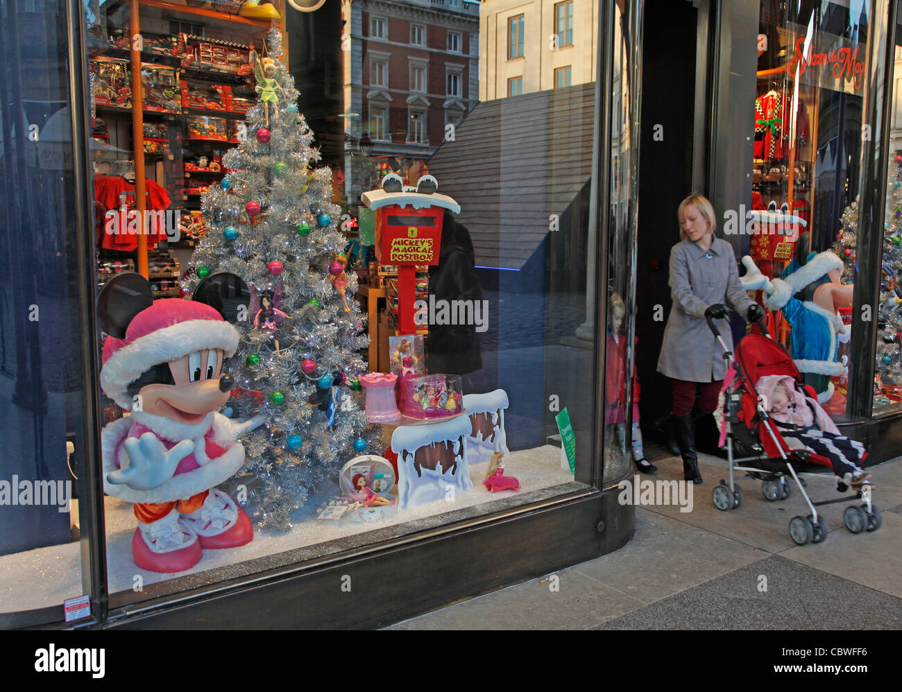 UK. CHRISTMAS SHOPPERS AT DISNEY STORE IN LONDON - Stock Image