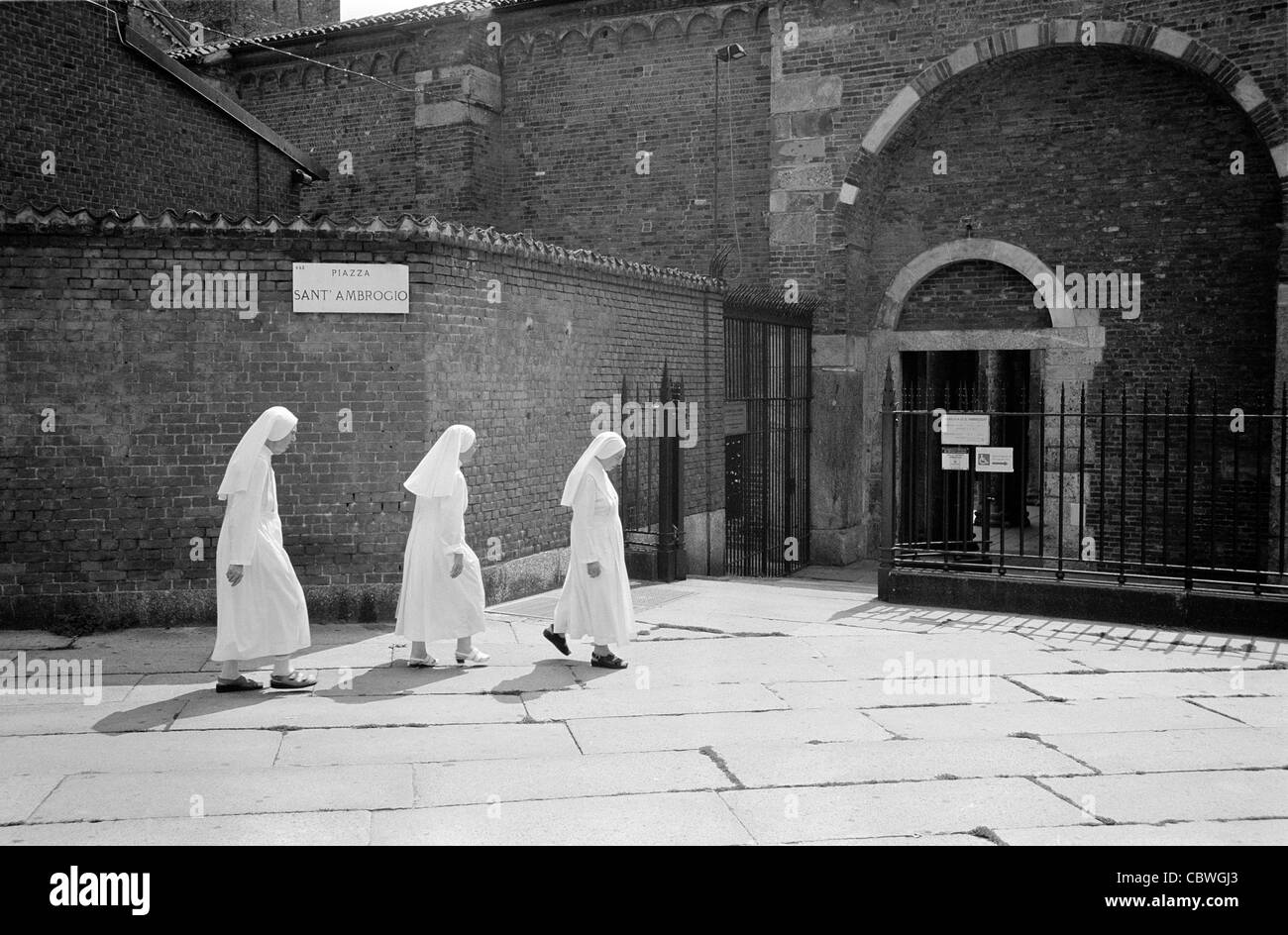 Three nuns approaching sant'Ambrogio, Milano - Stock Image