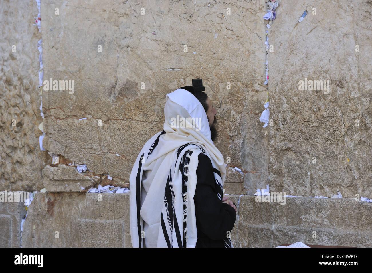 An Orthodox Jew prays by the Western Wall,Jerusalem - Stock Image