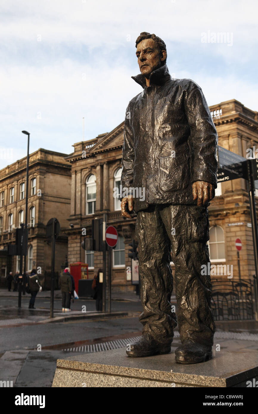 Painted bronze sculpture 'Man with Potential Selves' by Sean Henry 2003, Newcastle north east England UK - Stock Image