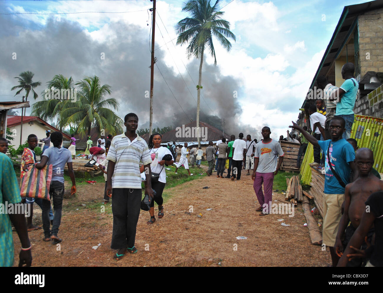 Burning building during political violence at a rally in Bo ahead of 2012 elections in Sierra Leone - Stock Image