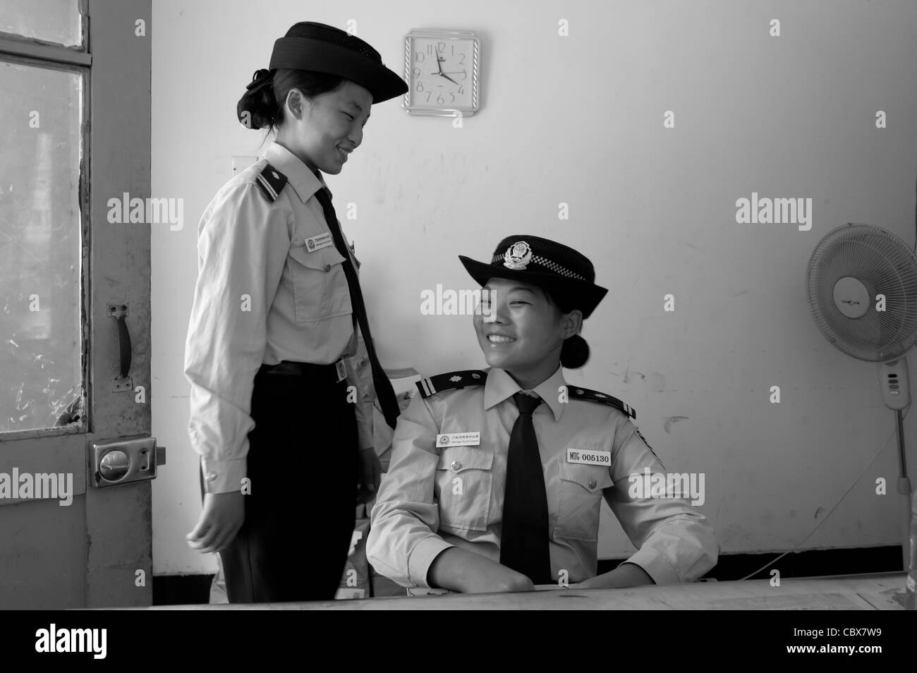 Gulou, Beijing. Police on duty at a government building. - Stock Image
