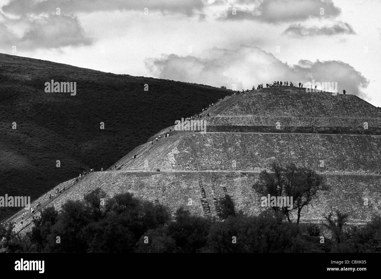 People climbing the Pyramid of the Sun, Teotihuacan, Mexico - Stock Image