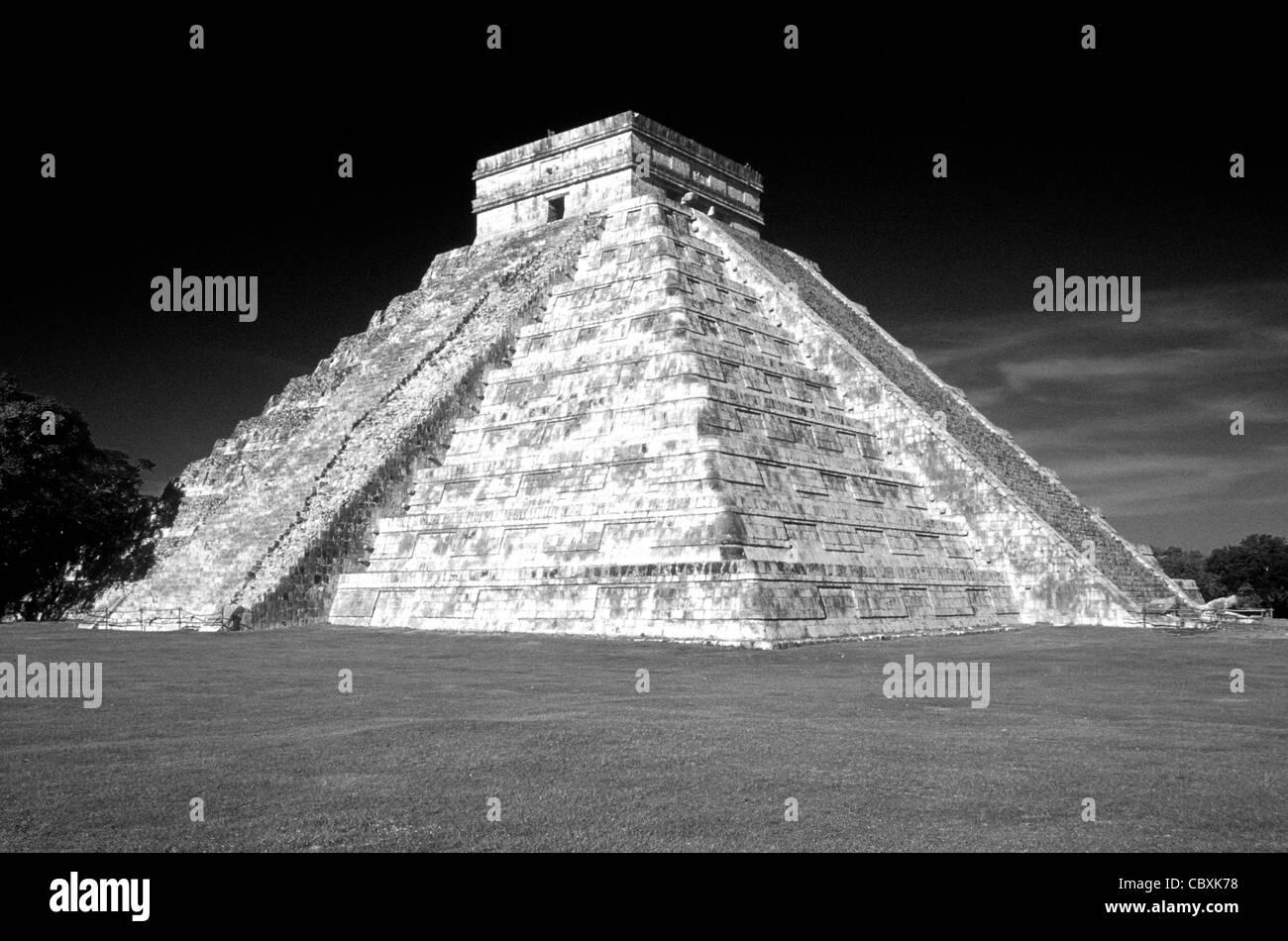 El Castillo or Pyramid of Kukulcan at the Maya ruins of Chichen Itza, Yucatan, Mexico - Stock Image