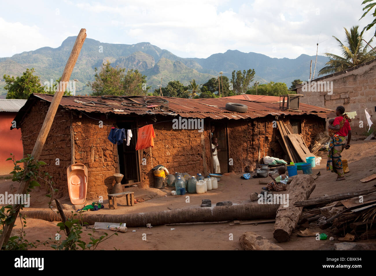 The Uluguru Mountains rise above Morogoro, Tanzania, East Africa. - Stock Image