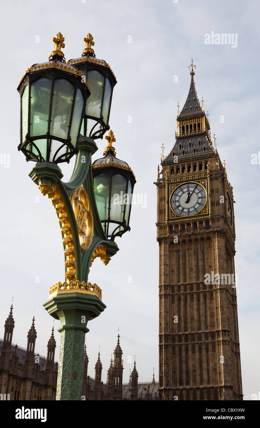 Street lamp/light and Big Ben, the clock tower at Westminster, Houses of Parliament, London, England - Stock Image
