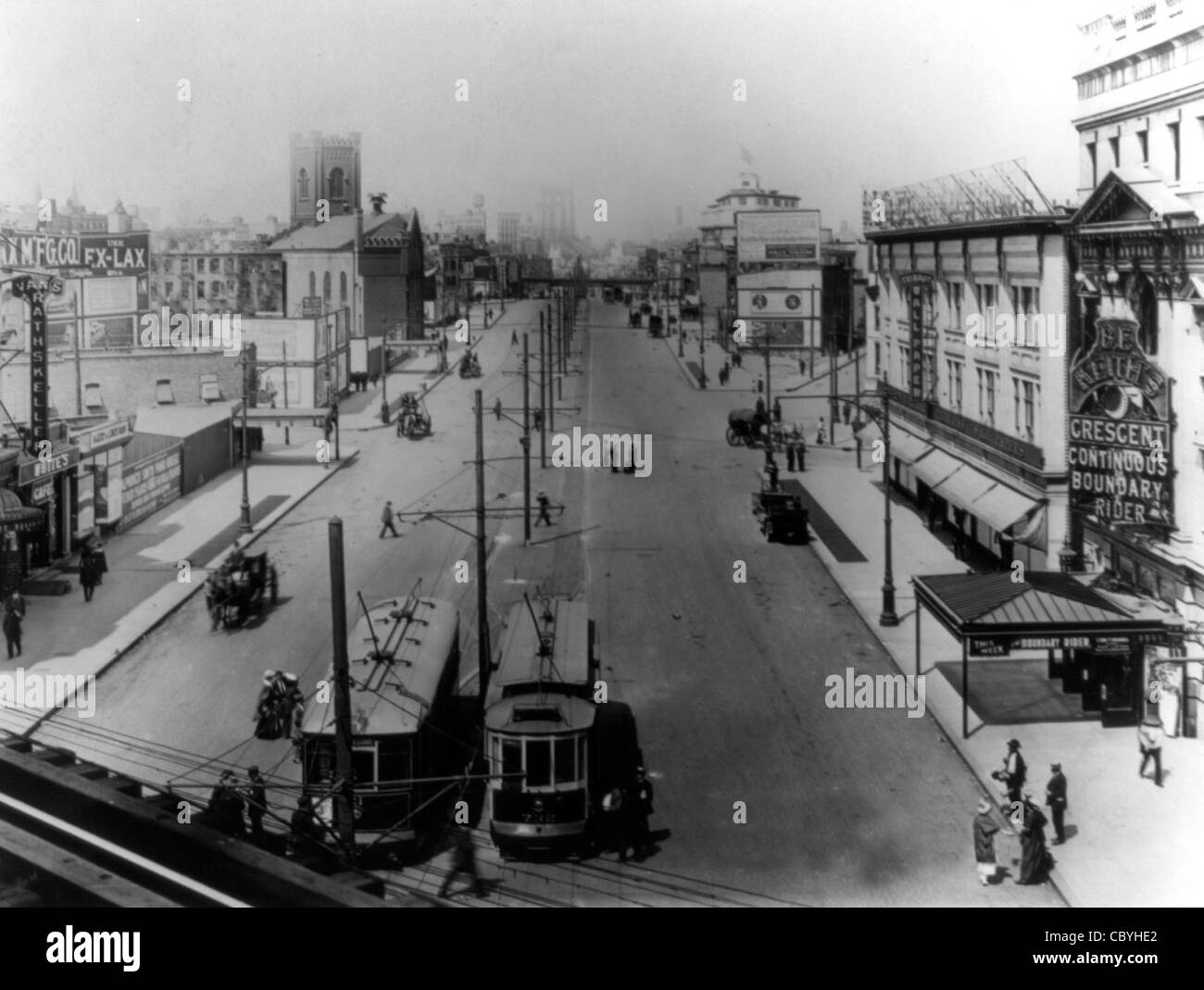 Flatbush Ave, Brooklyn -  Bird's eye view with 2 streetcars in foreground, RKO Keith's Crescent theater - Stock Image