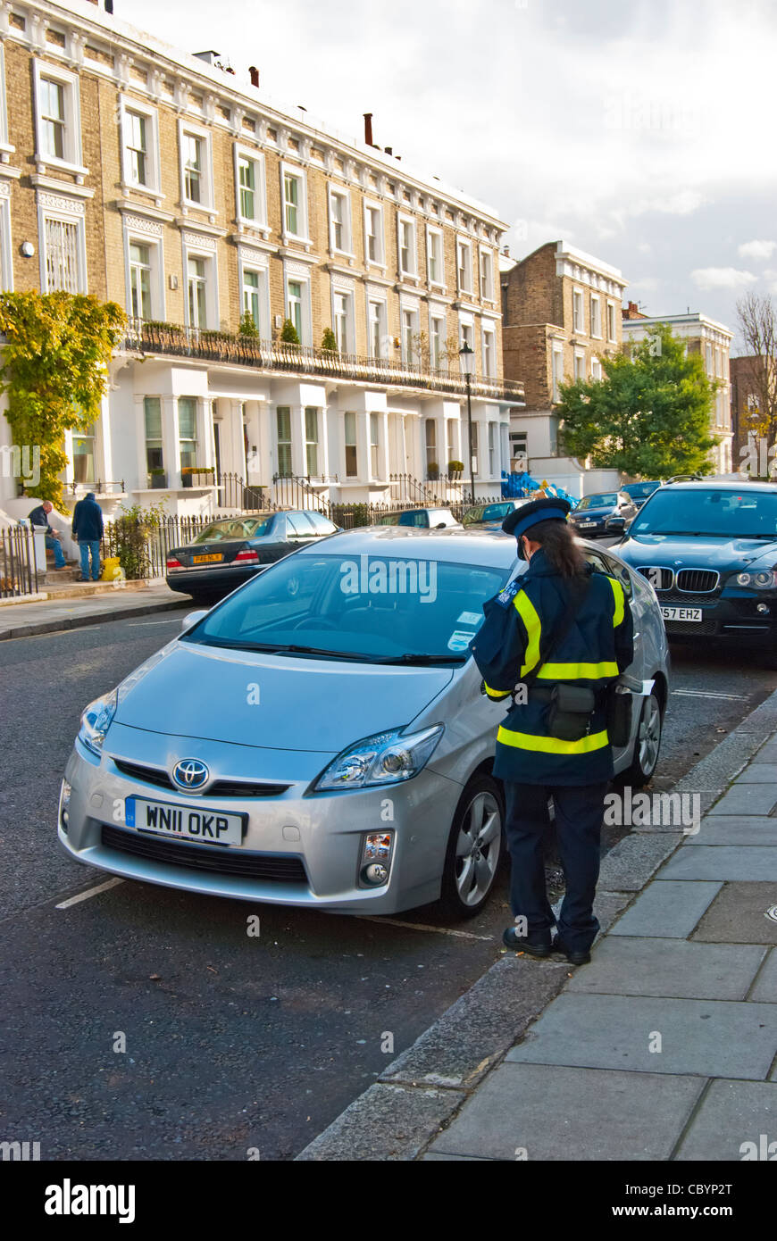 Traffic Warden issuing parking ticket - Stock Image