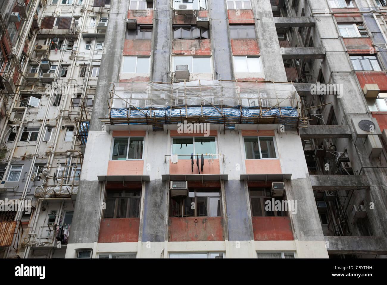 bamboo scaffolding on hong kong high rise hi density apartments hksar china asia - Stock Image