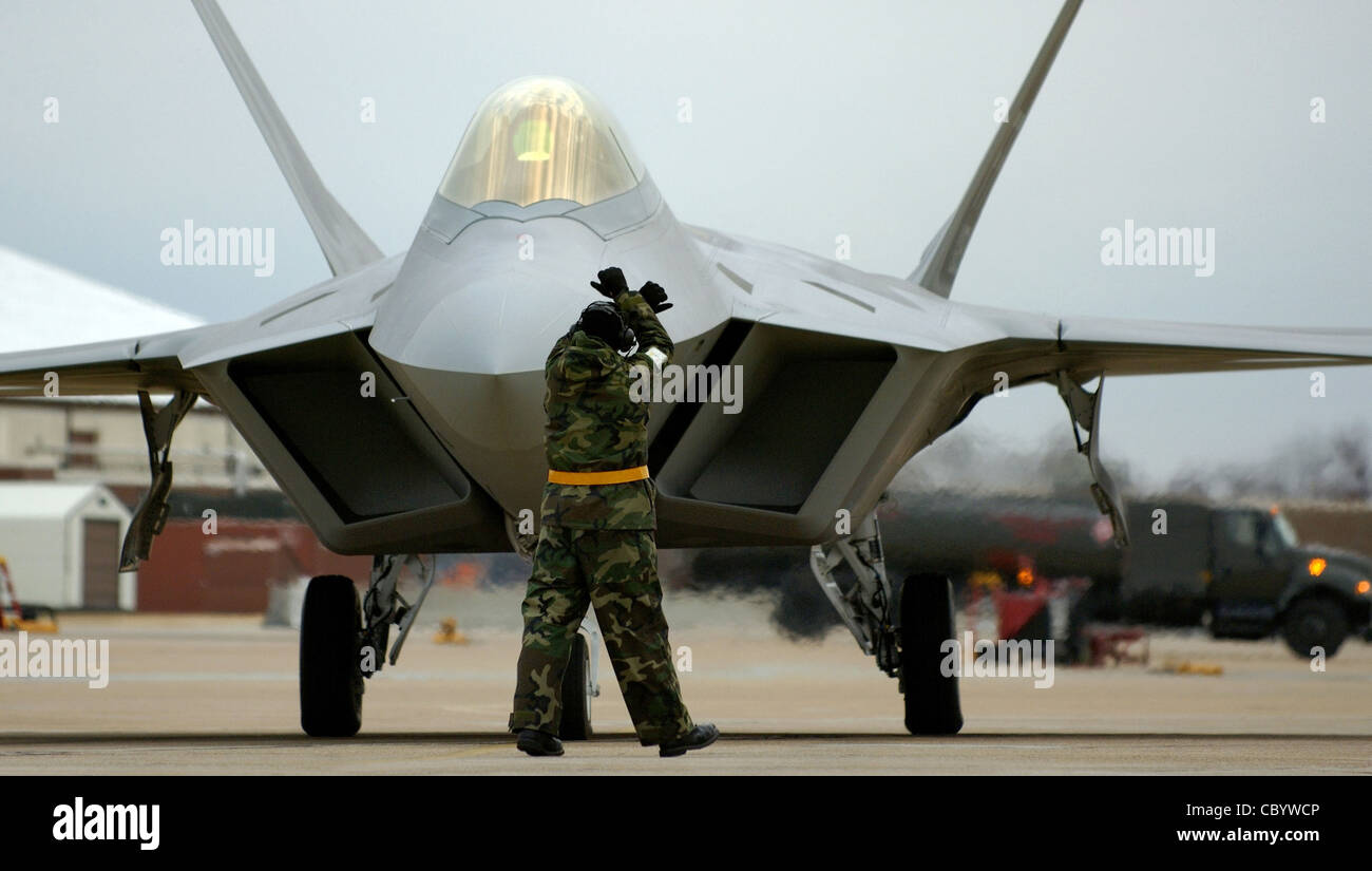 LANGLEY AIR FORCE BASE, Va. (AFPN) -- Crew chief Staff Sgt. Adam Murtishaw guides an F-22A Raptor into its parking - Stock Image