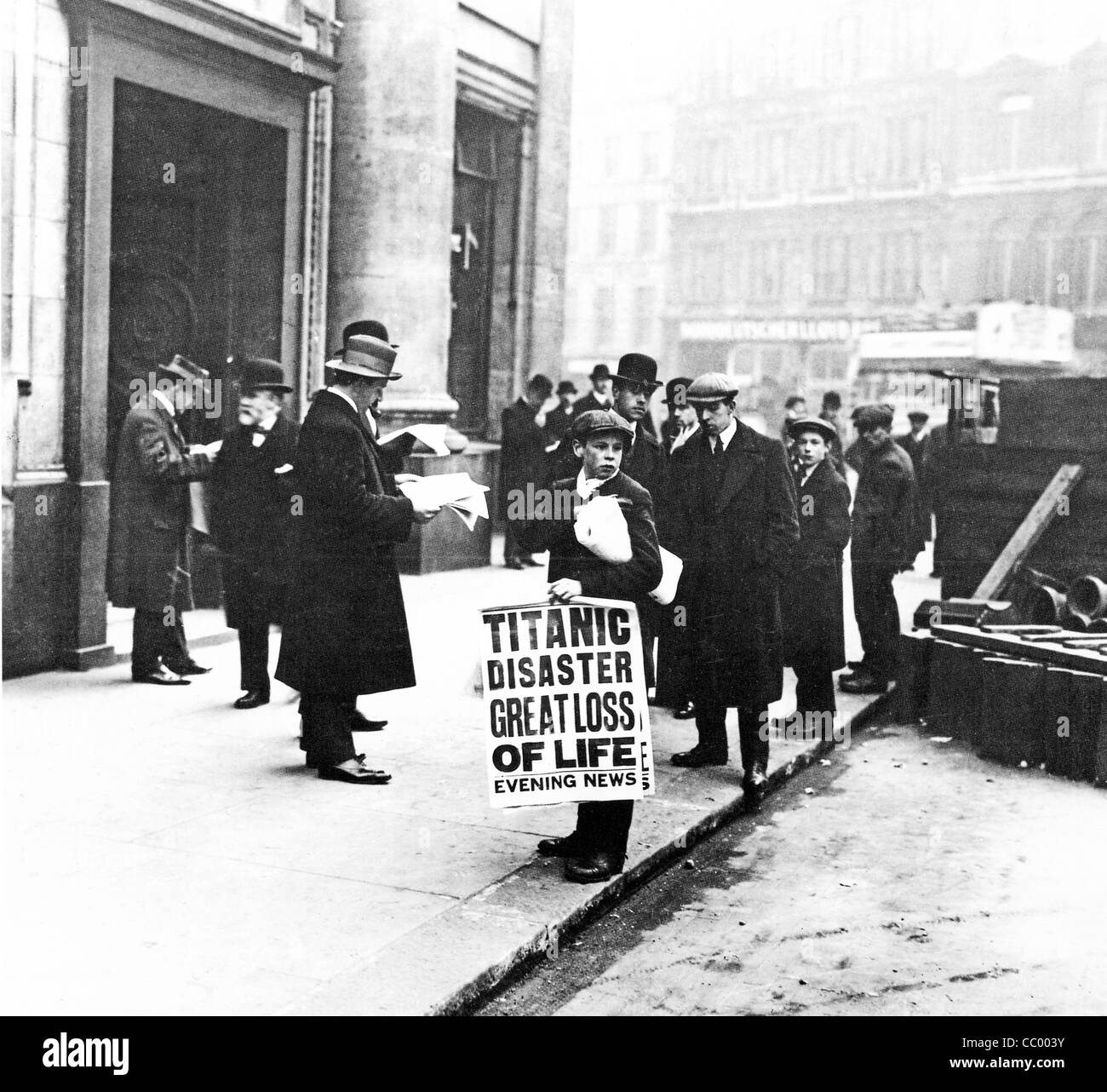Titanic Disaster Newsboy, 1912, stands outside the headquarters of the White Star Line in Cockspur Street off Trafalgar - Stock Image