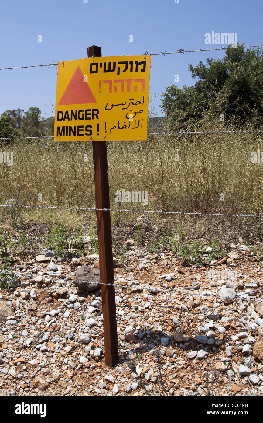 SIGN WARNING VISITORS OF THE PRESENCE OF AN ANTI-PERSONAL MINE FIELD, ISRAEL - Stock Image
