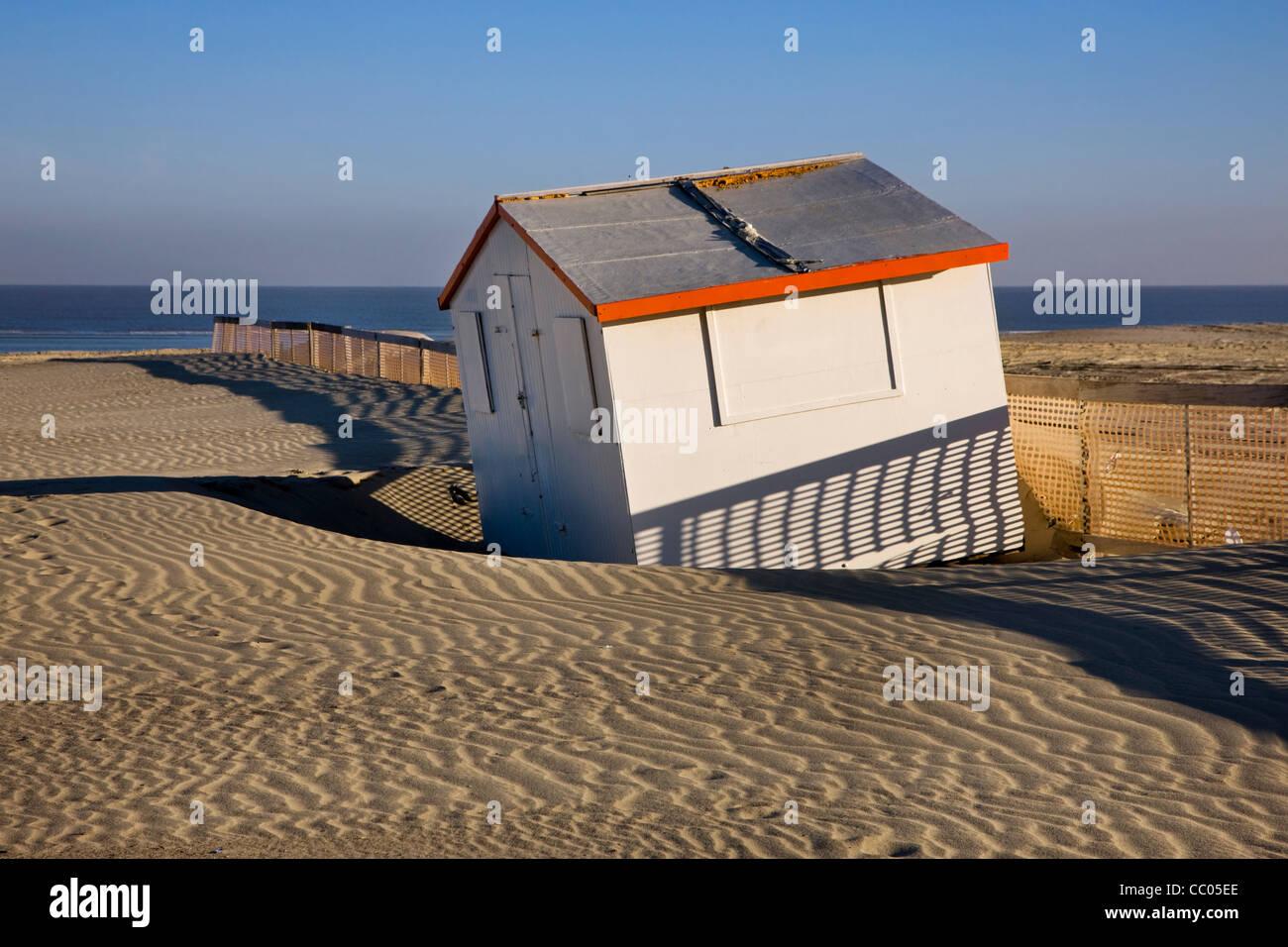 Beach cabin and sand ripples along the North Sea coast, Belgium - Stock Image