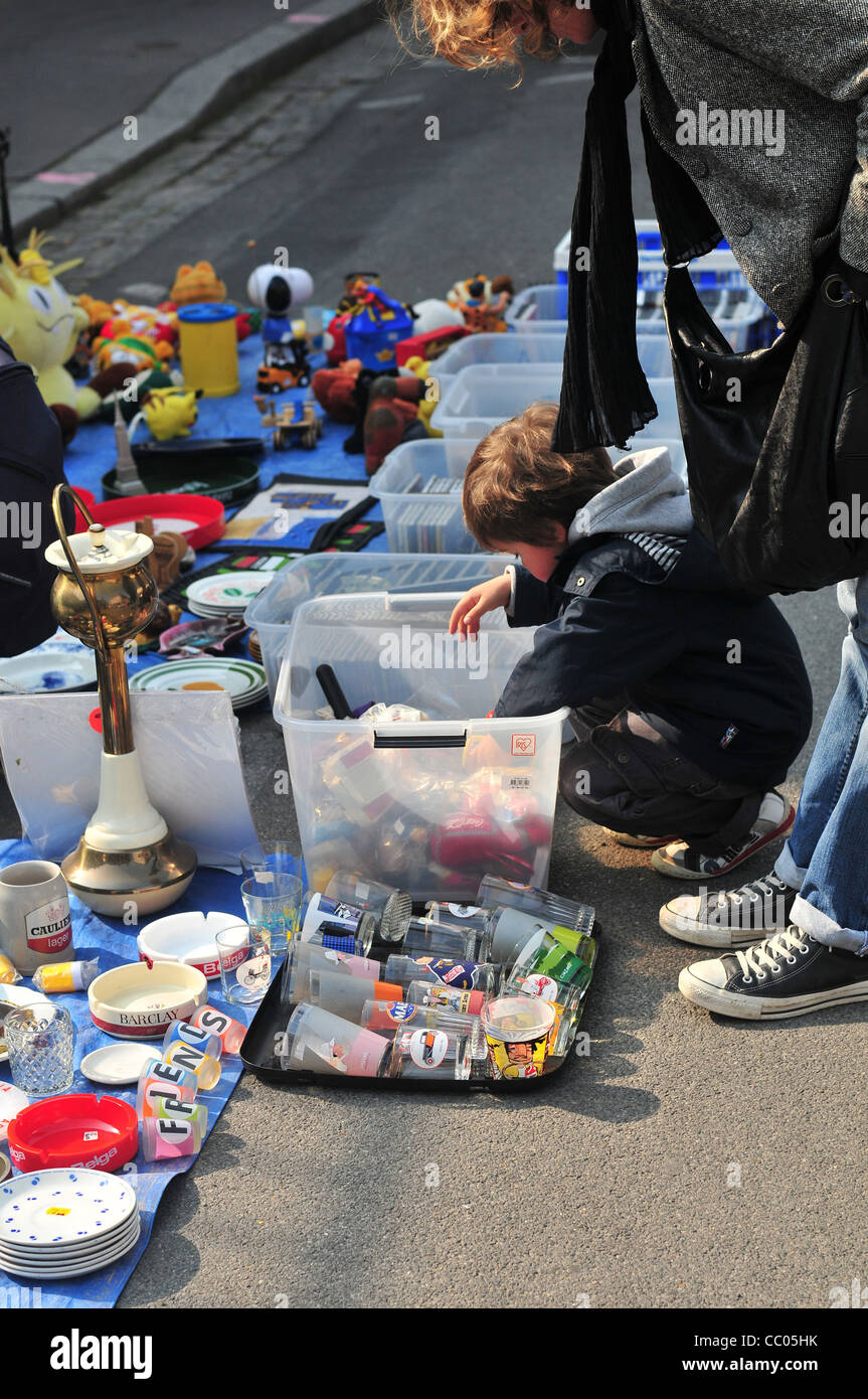 MOTHER AND HER CHILD GOING THROUGH A BOX OF TOYS, TRADITIONAL FLEA MARKET, AMIENS, SOMME (80), FRANCE - Stock Image