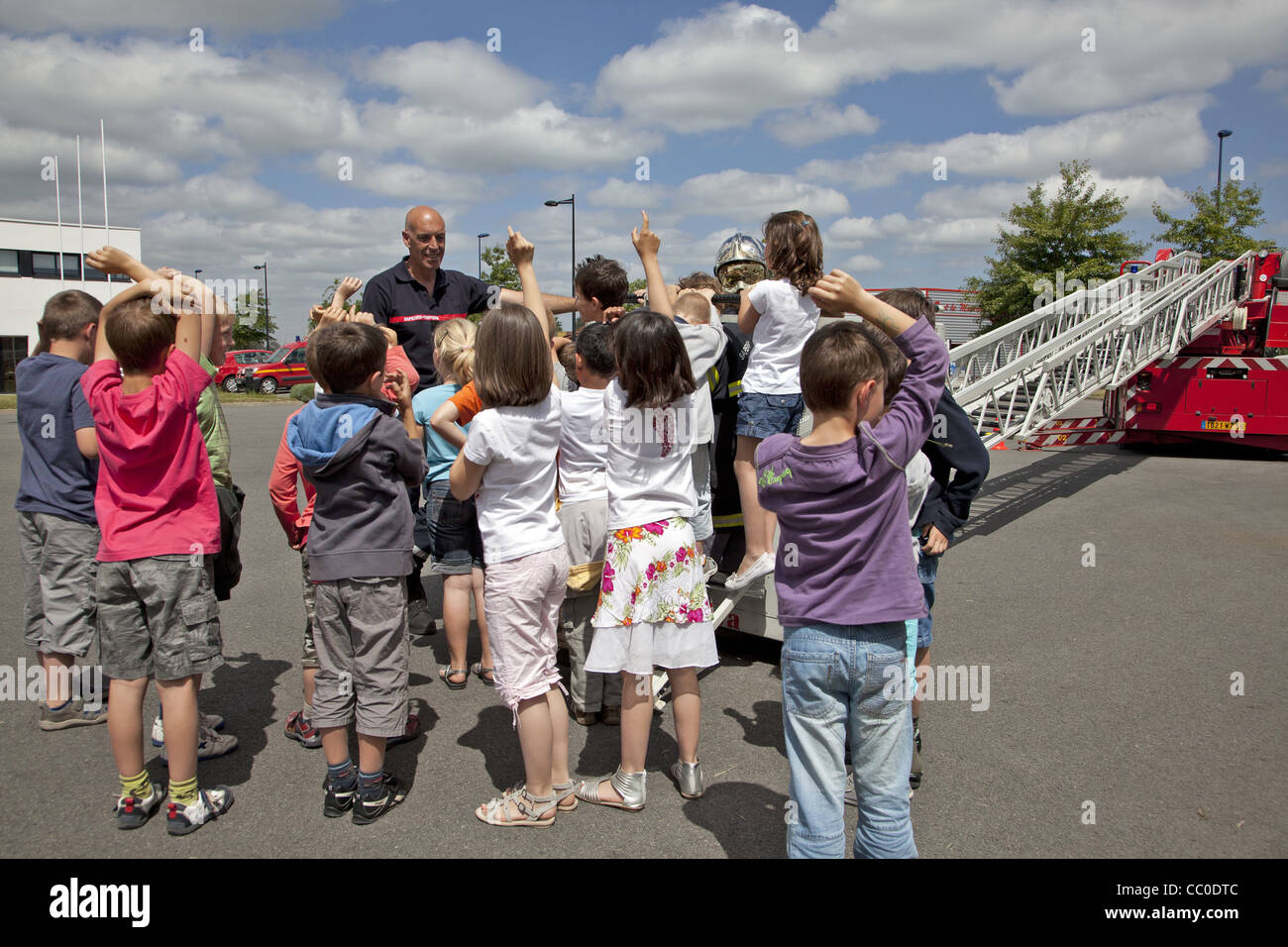 SCHOOL TRIP OF PRIMARY SCHOOLCHILDREN AT A FIREHOUSE, FIRE DEPARTMENT OF AURAY, MORBIHAN (56), FRANCE - Stock Image