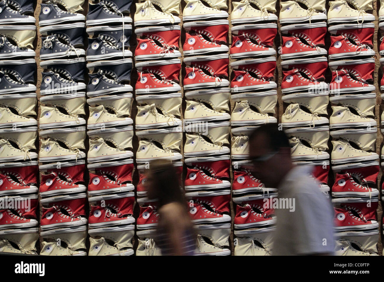 converse the wall