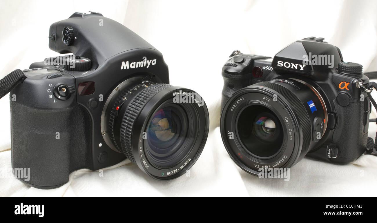 Digital medium-format Mamiya 645 AF-DII (left) compared to digital full frame DSLR Sony Alpha 900. - Stock Image