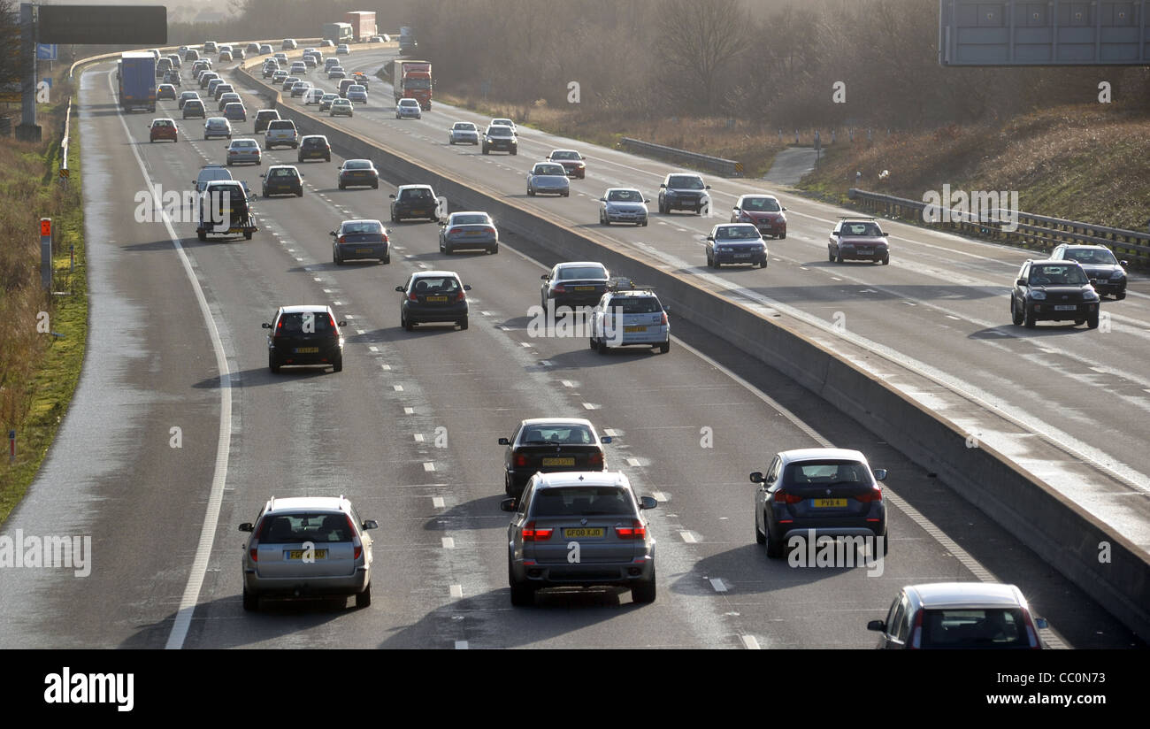 TRAFFIC ON THE M6 MOTORWAY IN STAFFORDSHIRE RE MOTORING COSTS POLLUTION EMMISIONS MOTORISTS FUEL TRAVEL COSTS JOURNEYS - Stock Image