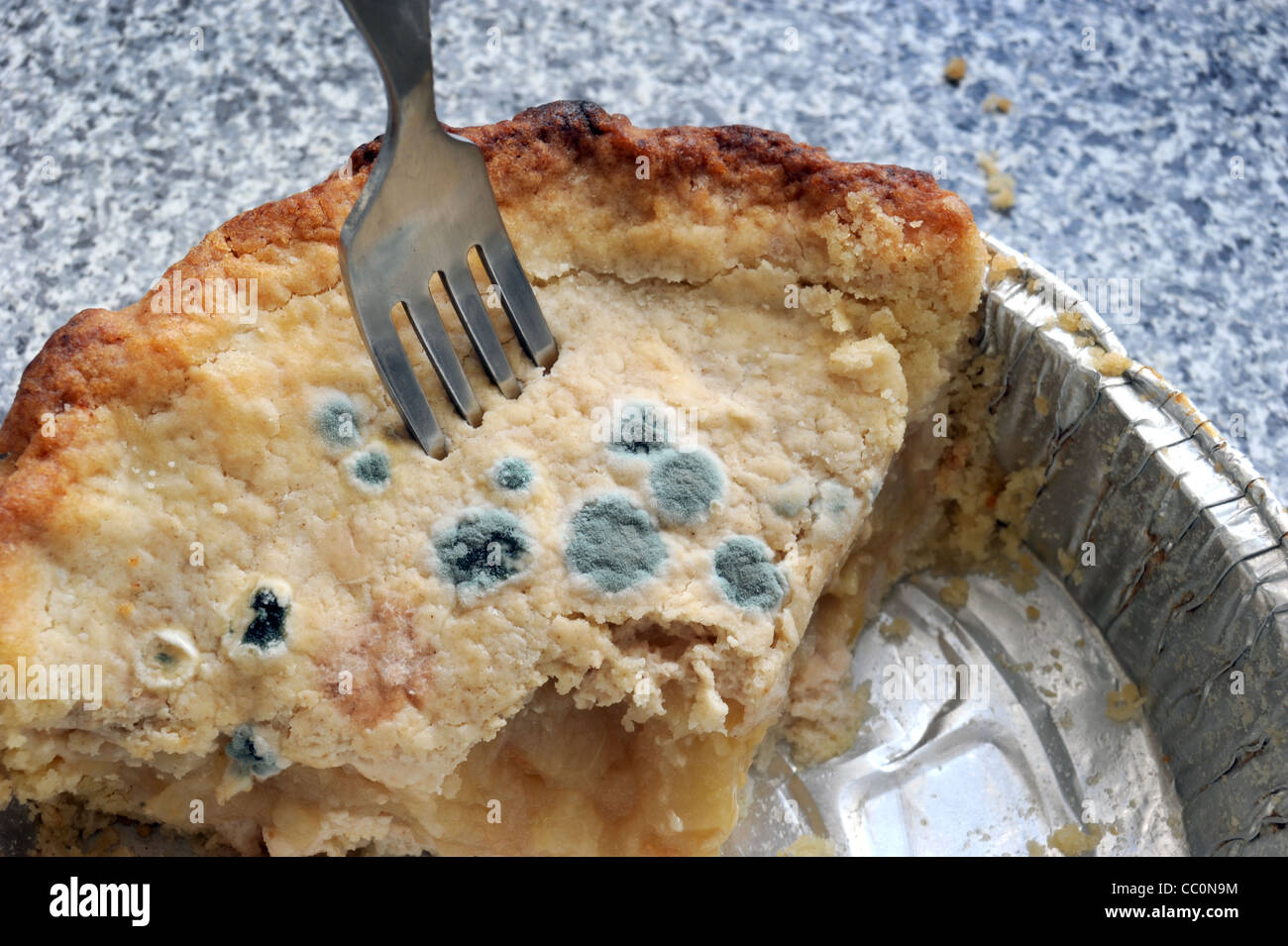 APPLE PIE WITH AREAS OF MOULD BACTERIA GROWING ON ITS CRUST RE BAKING FOOD HYGIENE DISEASE FOOD PRESERATIVES SELL - Stock Image