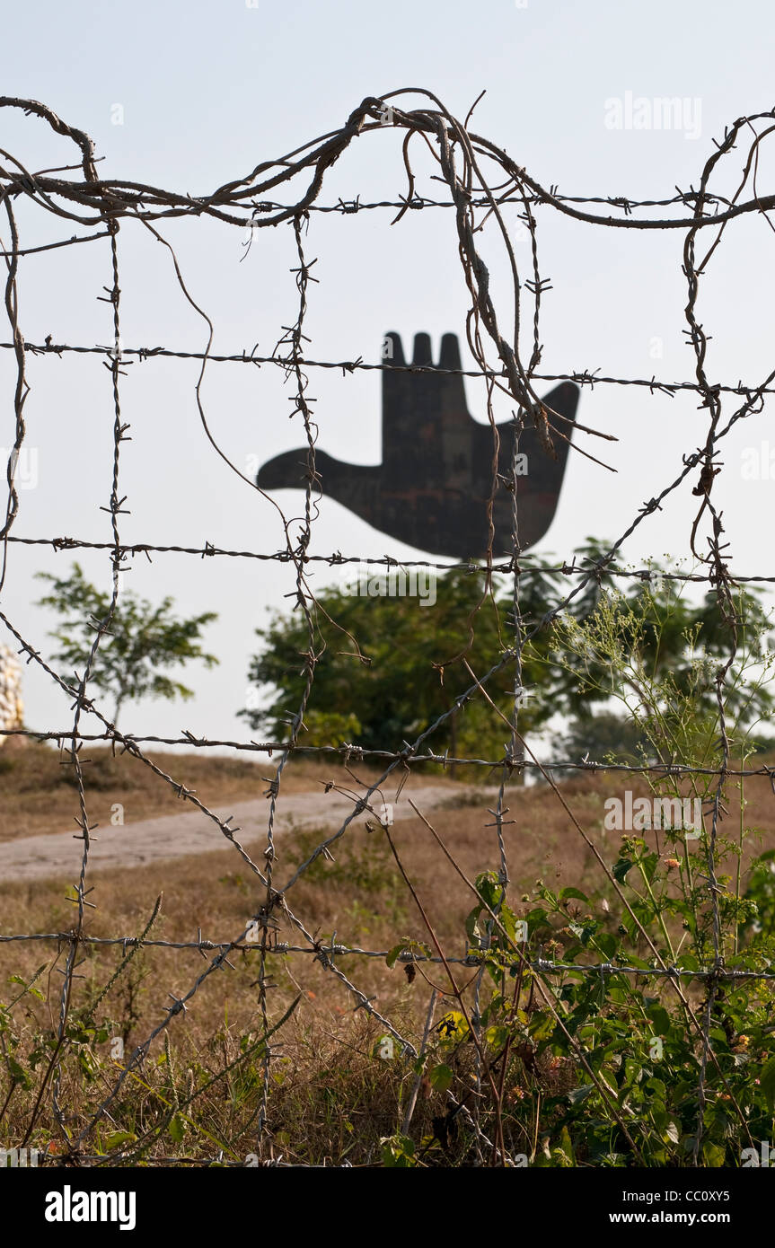 Open Hand behind barbed wire fence, Capitol Complex, by Le Corbusier, Chandigarh, India - Stock Image