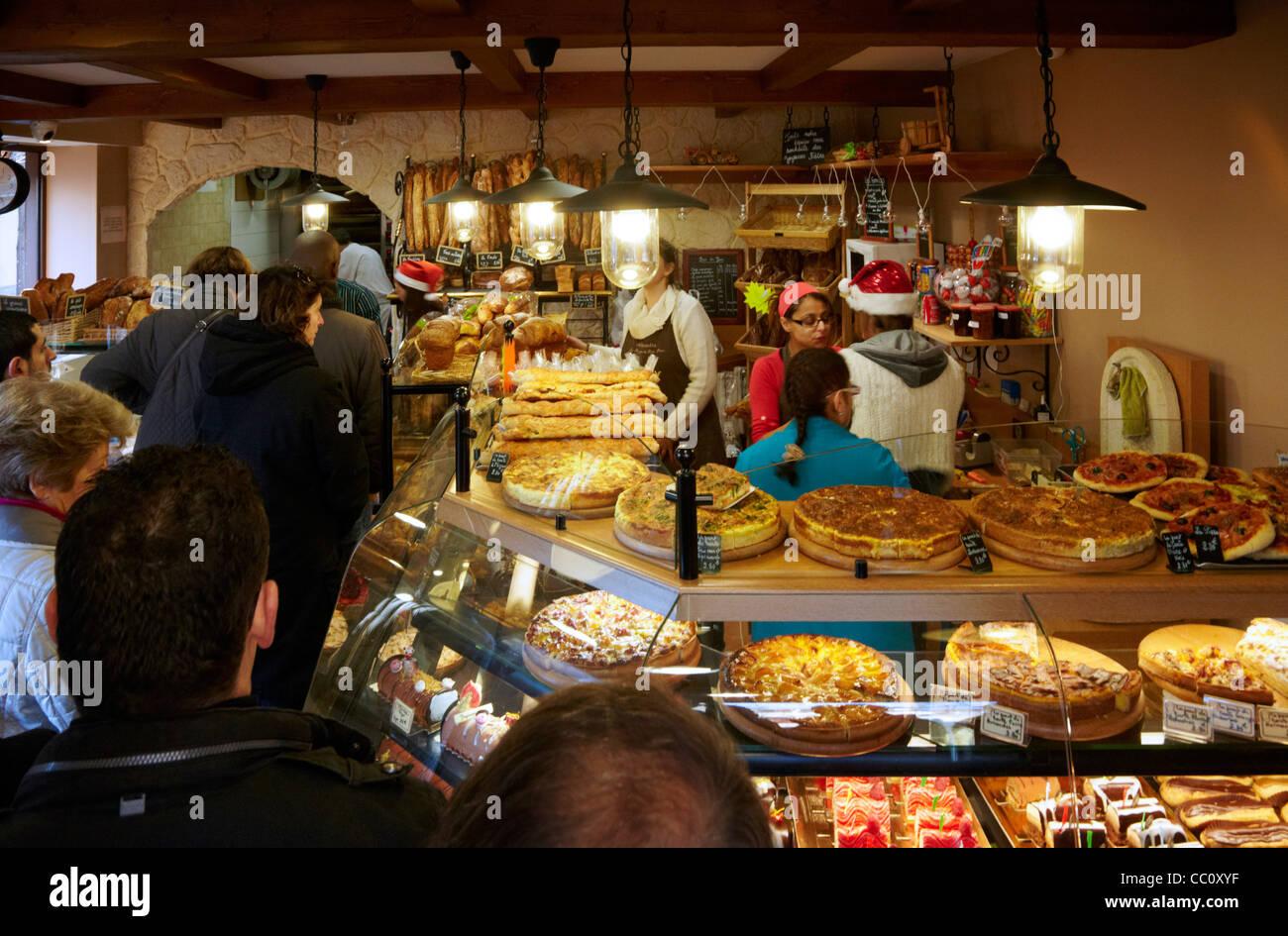 Christmas Eve queue in Boulangerie Alexandra, a popular bakery in suburbs of Paris. Le Perreux-sur-Marne, Val-de - Stock Image