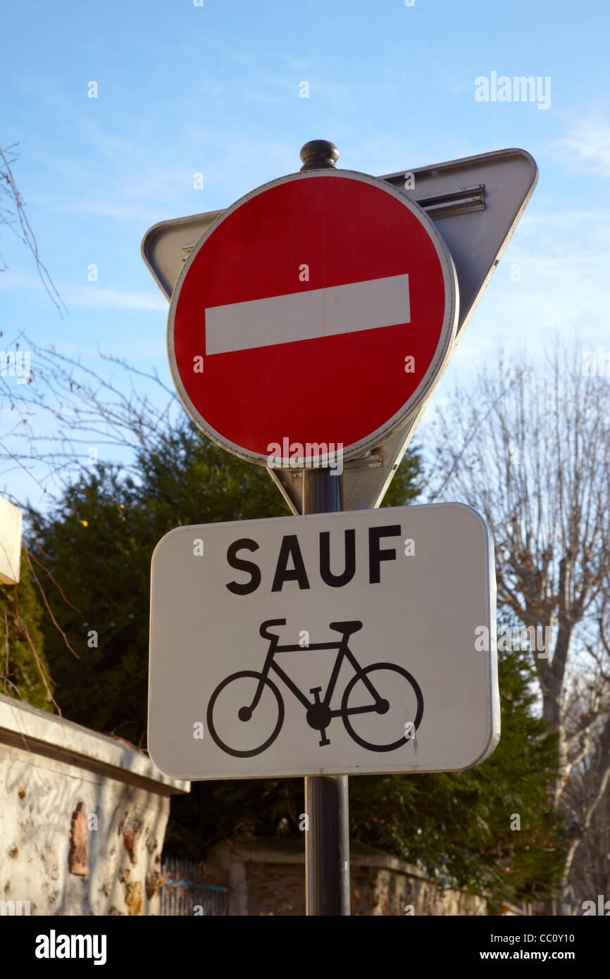 Road sign indicating 'No Entry except for Cyclists'. Le Perreux-sur-Marne, Val-de-Marne, France. - Stock Image