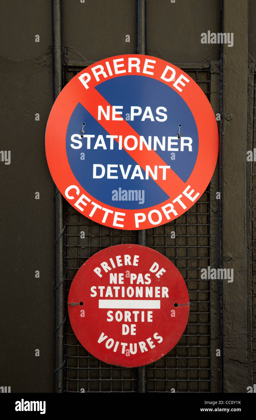 No Parking sign on entrance to a house. Paris, France. - Stock Image