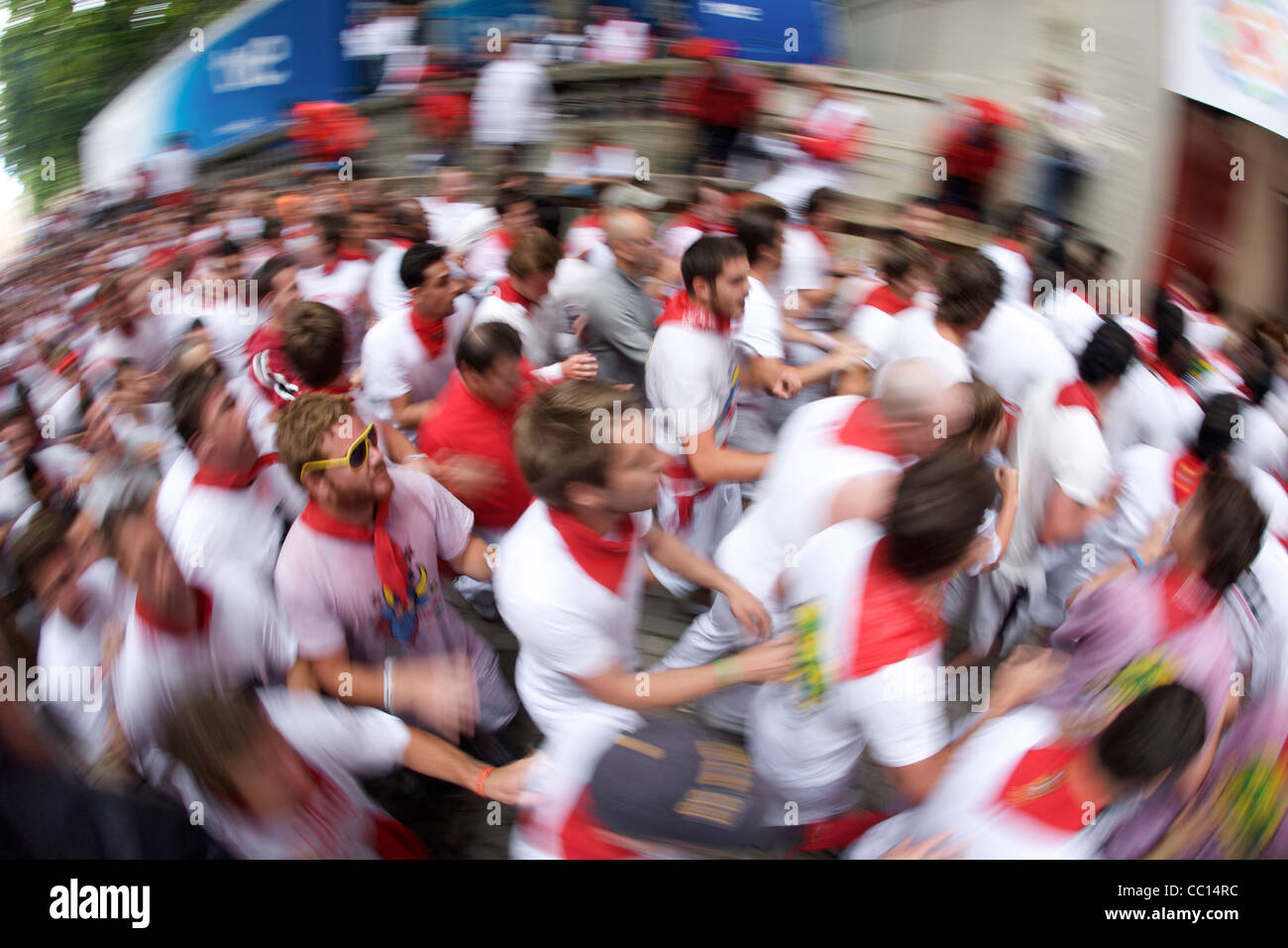 Crowds running in the encierro (bull run) during the festival of San Fermin (aka the running of the bulls) in Pamplona, Stock Photo