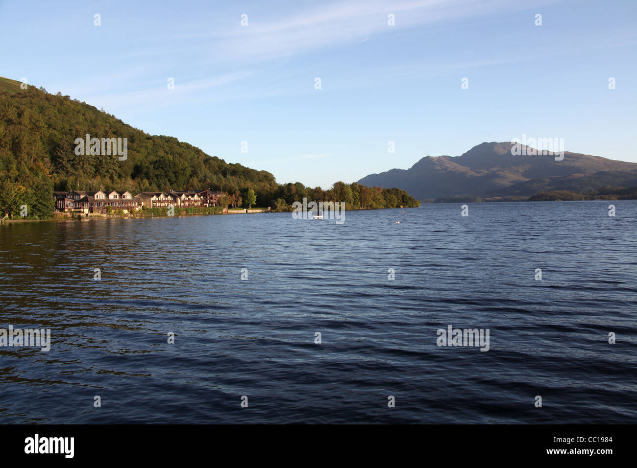 Village of Luss, Scotland. Loch Lomond with the Lodge on the Loch Hotel on the left and Ben Lomond in the background. - Stock Image