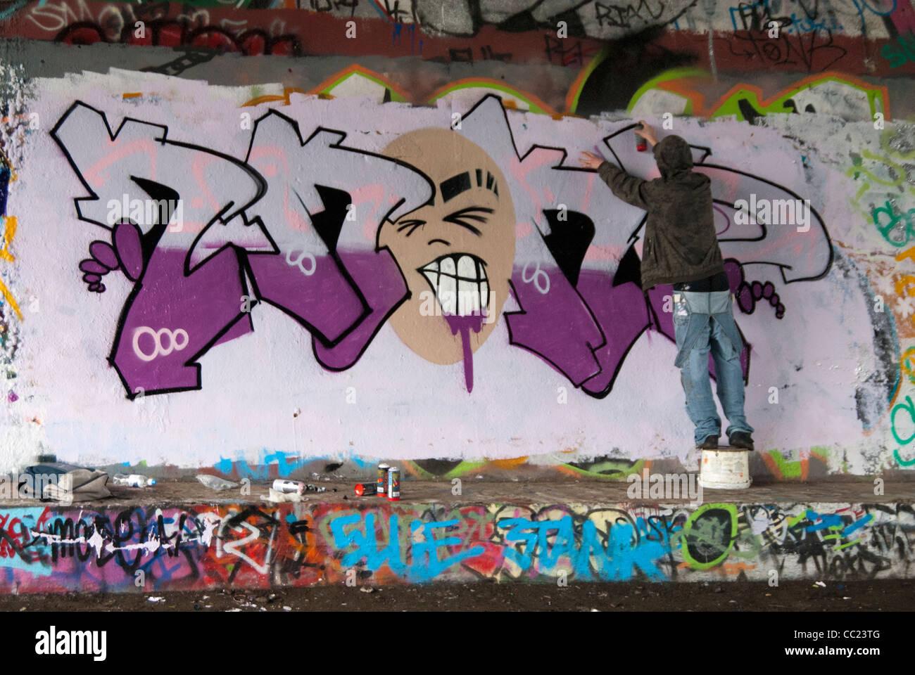 Spray Painting Stock Photos & Spray Painting Stock Images - Alamy on