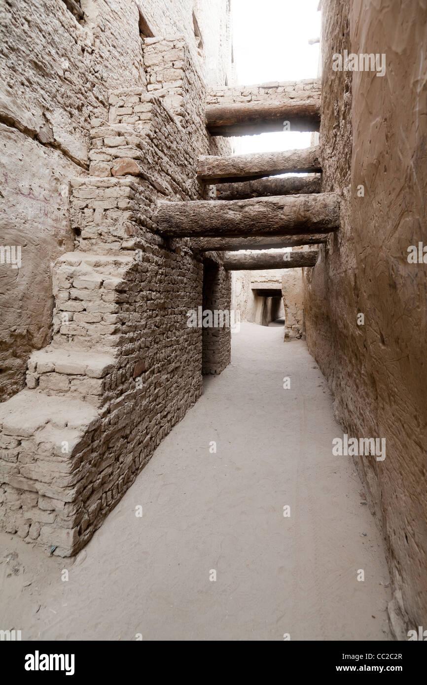 Wooden beams across alleyway in the historic village of El-Qasr at  Dakhla Oasis. Western Desert, Egypt - Stock Image