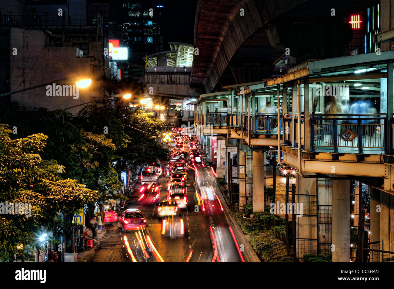 Traffic jam on Silom Road, Bangkok seen from the walkway linking the Skytrain (BTS) & underground (MRT) stations. - Stock Image