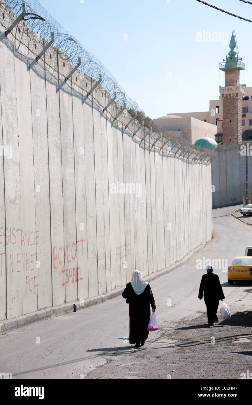 The Israeli separation wall divides the Palestinian neighborhood of Abu Dis in East Jerusalem. - Stock Image