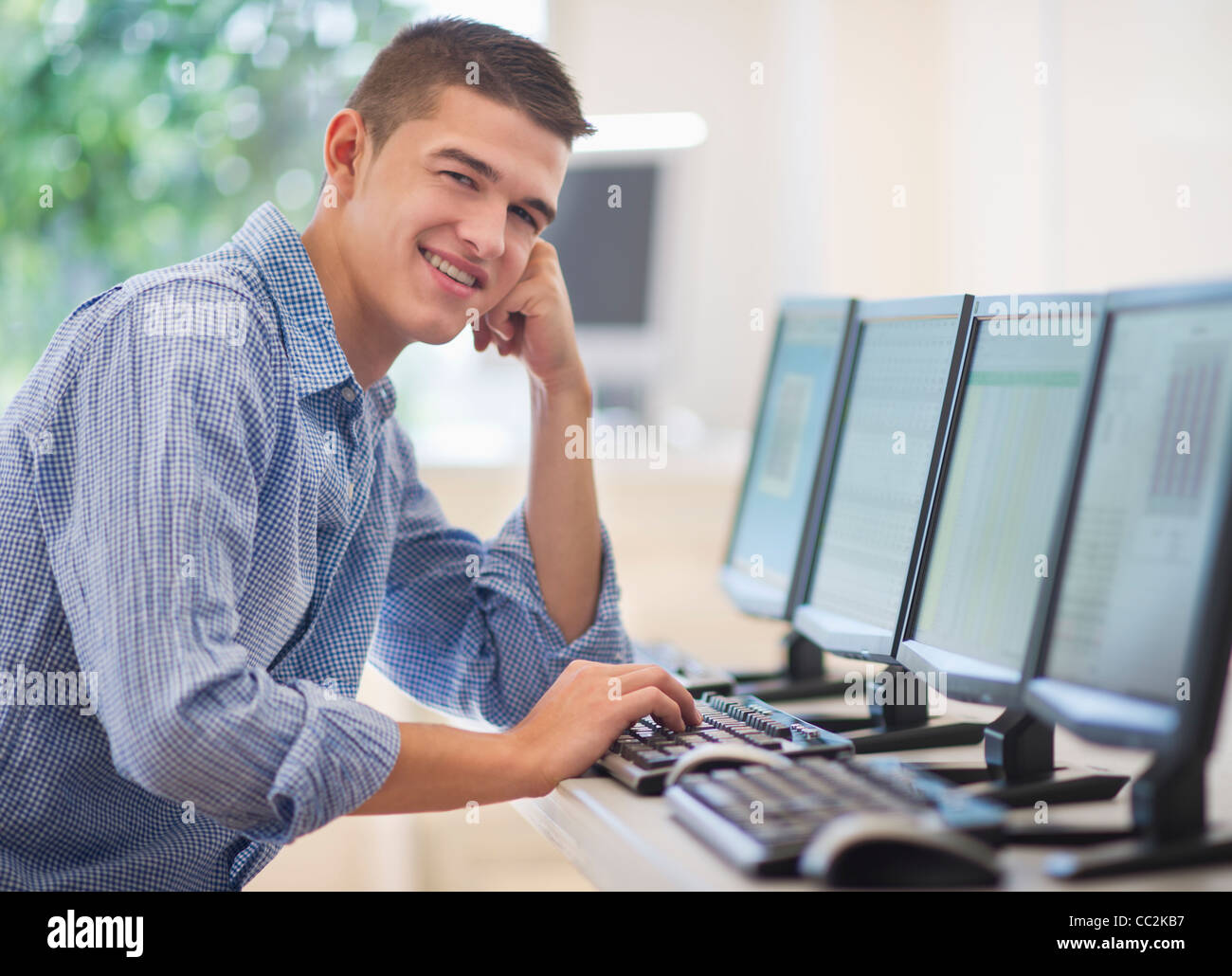 USA, New Jersey, Jersey City, Teenage student (16-17) in computer lab - Stock Image